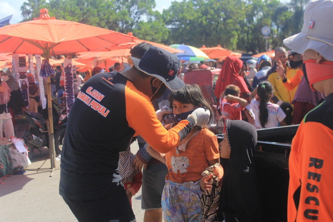 Pramuka Peduli Bagikan Masker Bagi Pengunjung Pasar Syariah Abdurrahman Bin Auf