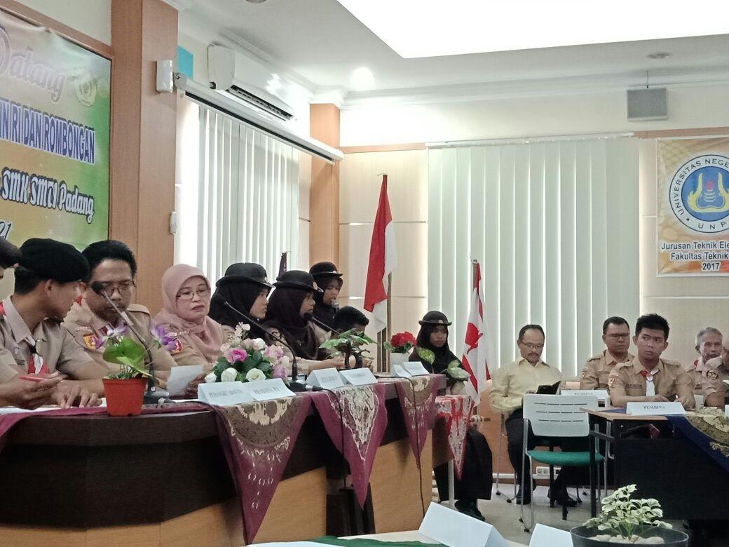 Pramuka SMK SMTI Padang Dukung Program Sekolah Adiwiyata