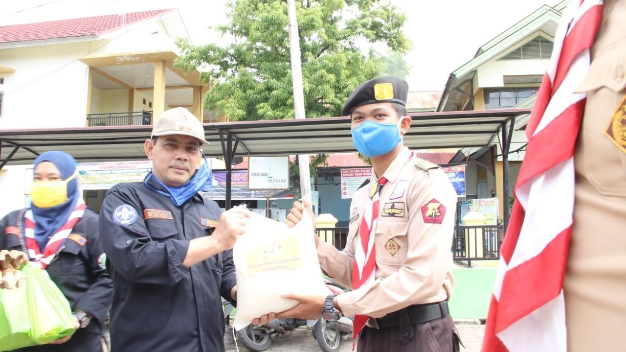 Berbagi Ditengah Pandemi Satgas Pramuka Peduli Salurkan Paket Sembako dan Handsanitezer